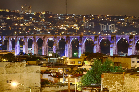 ケレタロ、メキシコで夜の植民地橋 写真素材