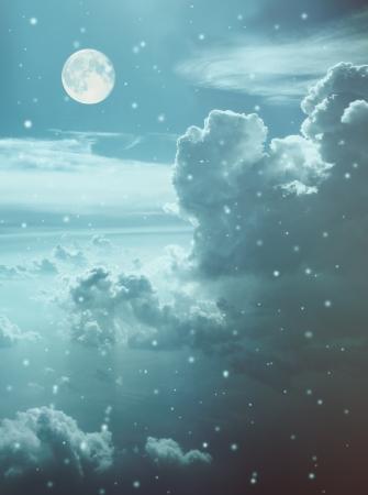 Le ciel avec les nuages, la lune et flocon de neige Banque d'images - 15807884