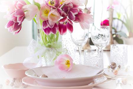 Plate and tulips decoration on white background Zdjęcie Seryjne