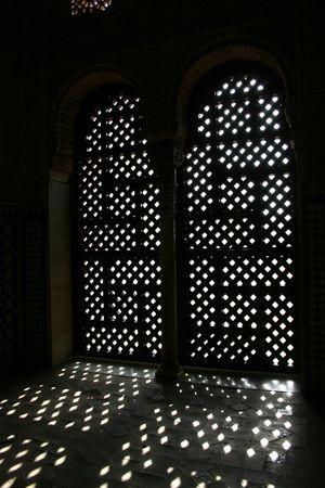 グラナダ: スペイン、グラナダのアルハンブラ宮殿でアーチ型ドア