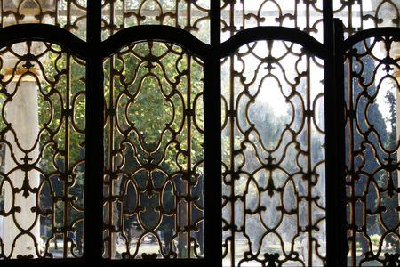 arredamento classico: Guardando attraverso la finestra d'oro al palazzo Topkapi di Istanbul Archivio Fotografico
