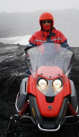 casco rojo: hombre con casco rojo y pa�uelo rojo en motonieve llevaba gafas de sol