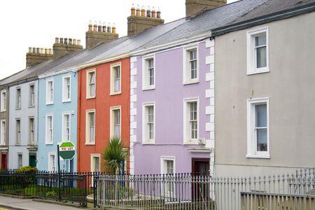 let on: Coloridas casas en una fila en una calle de Dubl�n con una se�al para dejar delante de uno de ellos