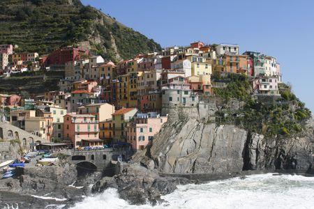 colourful houses: hermosa ciudad de Corniglia en Cinqueterre en Italia con muchas casas coloridas alza sobre un acantilado