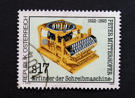 uitvinder: Oostenrijkse post zegel met afbeelding van een oude typwriter ter herdenking van de uitvinder van de schrijf machine peter mitterhofer