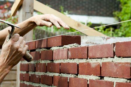 bricklayer: Con paleta de alba�il en mano Foto de archivo