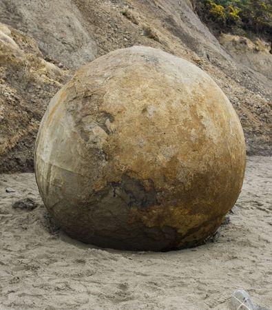 Grote ronde rock boulder op Mouraki beach in Nieuw-Zeeland