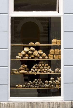 bread shop: pane fresco visualizzato nella finestra di una panetteria europea