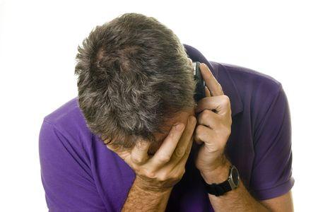 ojos tristes: Hombre de camisa p�rpura recibir malas noticias sobre el tel�fono