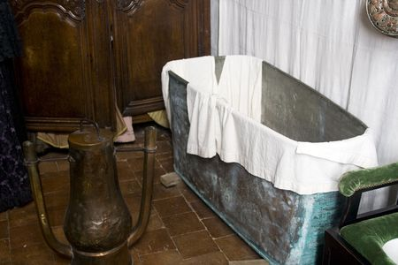 17th century: Bathroom from the 17th century in France with a metal bathtub and a copper water heater Stock Photo