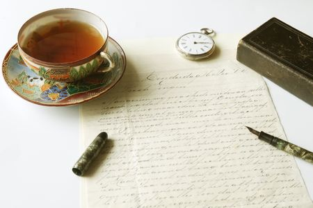 manuscrita: Vintage scene of old handwritten letter, antique fountain pen, pocket watch, chinese porcelain tea cup filled with tea and lold eather pocket bible Banco de Imagens