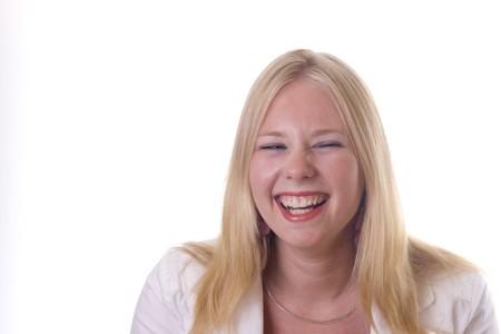Jeune fille blonde rire à haute voix