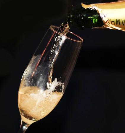 Pouring Champagne in eine Champagner Flöte