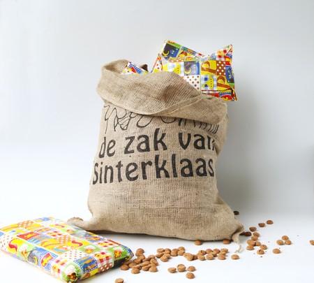 sinterklaas: Niederl�ndische Sinterklaas Feier mit einem gro�en Sack voller Geschenke und gingercandy