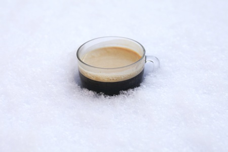 chaud froid: Caf� chaud dans la neige froide