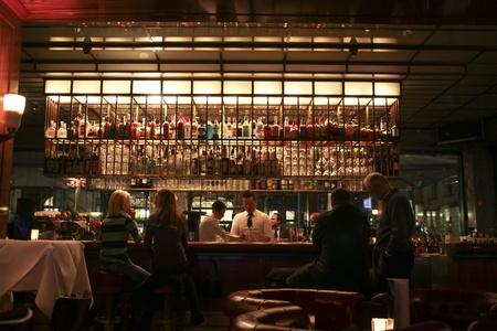 casse-cro�te: Allemagne, BERLIN-f�vrier 2010 : Personnes dans un bar � Berlin �ditoriale