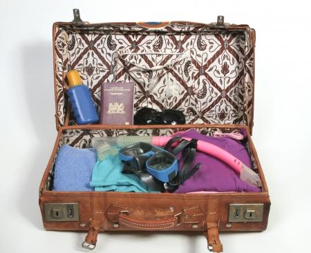 maleta: Maleta abierto con elementos de playa y pasaporte