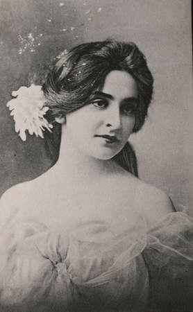 cartoline vittoriane: Cartolina originale di splendida giovane donna nel 1910 in bianco e nero
