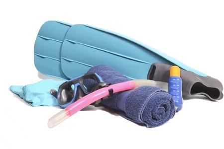 flippers: Aletas, snorkel, toalla, bronceadores y un traje de ba�o en blanco