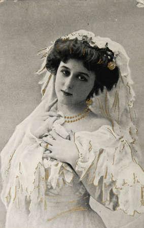 antique woman: Francia-alrededor de 1910:Postcard de la joven y bella mujer iin blanco y negro y con adiciones de color dorado, alrededor de 1910