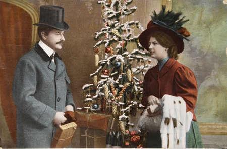 cartoline vittoriane: tinte a mano vintage fotografico cartolina del intorno al 1908, con un paio di amorevole, pacchetti e un albero.