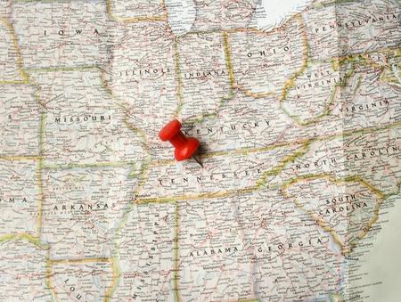 tennesse: Pin rojo en el mapa de Estados Unidos apunta en Nashville, en Tennessee