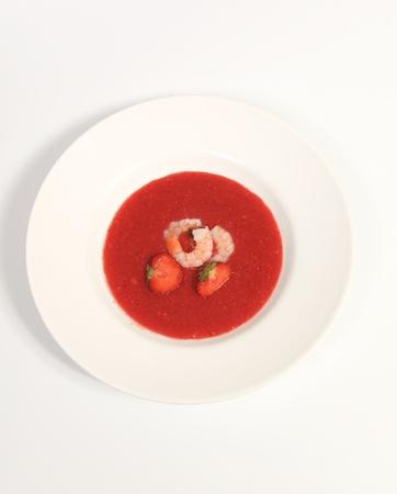 Pittige aardbeigazpacho met garnalen