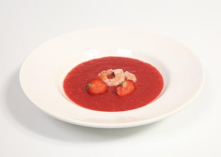 Rode aardbeigazpacho met garnalen