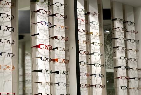Im Geschäft mit verschiedenen Brillen-Modelle anzeigen Standard-Bild