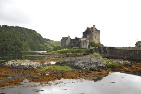 highlander: Castillo de Eilean Donan uno de los castillos más famosos de Escocia. Foto de archivo