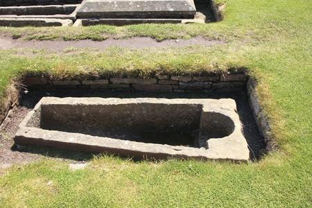 tumbas: Tumba vacía en el cementerio medieval de St. Andrews en Escocia