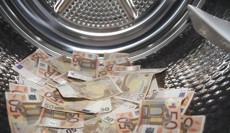 banconote euro: Euro all'interno lavatrice. Concetto per il riciclaggio di denaro