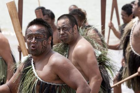 NEUSEELAND-6 Februar: Maori-Krieger mit Fake Tattoo an einem Haka am Waitangi Day Feier, 6. Februar 2009. Waitangi Tag ein Feiertag ist, jedes Jahr am 6. Februar, um die Unterzeichnung des Vertrags von Waitangi feiern