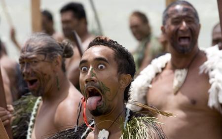 NEUSEELAND-6 Februar: Maori-Krieger zeigt Zunge und hervorquellenden Augen auf einen Haka auf Waitangi Day Feier, 6. Februar 2009. Waitangi Tag ein Feiertag ist, jedes Jahr am 6. Februar, um die Unterzeichnung des Vertrags von Waitangi feiern Editorial