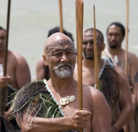 maories: NUEVA ZELANDA-06 de febrero: Ancianos guerrero maor� con taiaha en un Haka en la celebraci�n del D�a de Waitangi, 06 de febrero 2009. D�a de Waitangi es un d�a festivo, cada a�o en 06 de febrero para celebrar la firma del Tratado de Waitangi