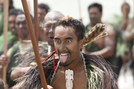 maories: NUEVA ZELANDA-06 de febrero: Maori guerrero que muestra la lengua y los ojos saltones a un Haka en celebración del Día de Waitangi, 06 de febrero 2009. Waitangi Day es un día festivo, en el año 06 de febrero para celebrar la firma del Tratado de Waitangi