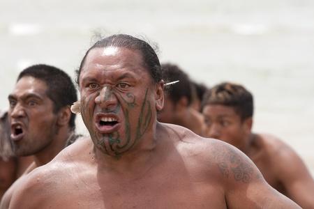 maories: NUEVA ZELANDA-06 de febrero: los maoríes guerrero con tatuaje falso en un Haka en la celebración del Día de Waitangi, 06 de febrero 2009. Día de Waitangi es un día festivo, cada año en 06 de febrero para celebrar la firma del Tratado de Waitangi Editorial
