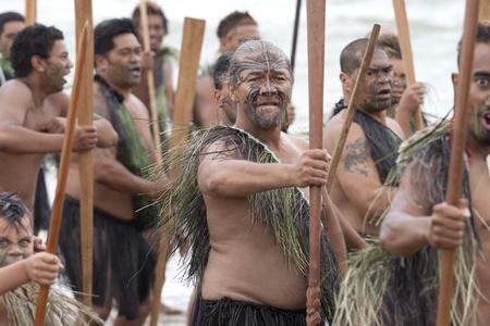 verdrag: NIEUW-ZEELAND-FEB 6: Maori krijgers met Taiahas op een Haka op Waitangi Day viering, Feb 6, 2009. Waitangi dag een wettelijke feestdag is, jaarlijks op feb 6 tot en met de ondertekening van het Verdrag van Waitangi te vieren