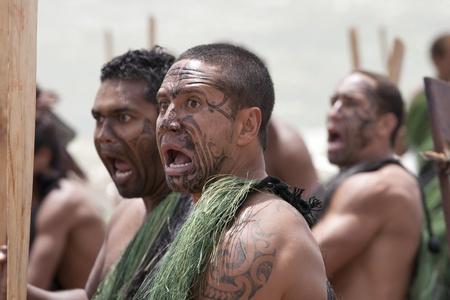maories: NUEVA ZELANDA-06 de febrero: Maori guerrero en busca de miedo en un Haka (danza guerrera) en celebración del Día de Waitangi el 6 de febrero de 2009 en Waitangi. Waitangi Day es un día festivo se celebra cada año el 6 de febrero para celebrar la firma del Tratado de Waitangi Editorial