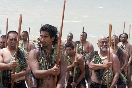 maories: NUEVA ZELANDA-06 de febrero: Maori guerrero con tatuajes falsos en un Haka (danza guerrera) en celebración del Día de Waitangi el 6 de febrero de 2009 en Waitangi. Waitangi Day es un día festivo se celebra cada año el 6 de febrero para celebrar la firma del Tratado de Waitangi Editorial