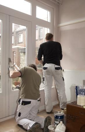 pintora: Pintores en el trabajo dentro de una casa Foto de archivo
