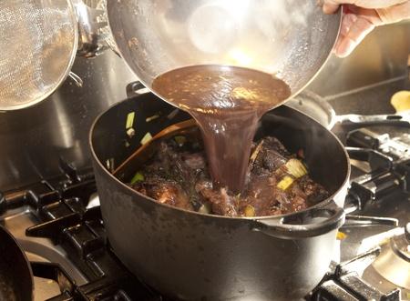 kuropatwa: Gotować leje gulasz z marynatą w zająca zapiekanka