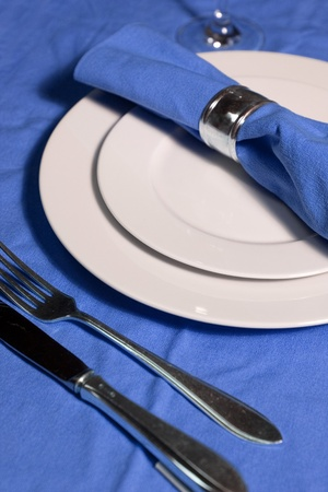 serviette: mesa con platos, servilletas, cubiertos de color azul brillante