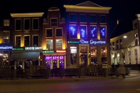 groningen: GRONINGEN, NEDERLAND-MARC 8: rijen van bars en restaurants in het oude centrum van Groningen op 3 maart 2012. Het oude centrum van universiteitsstad Groningen is beroemd om zijn bars en uitgaansgelegenheden voor studenten