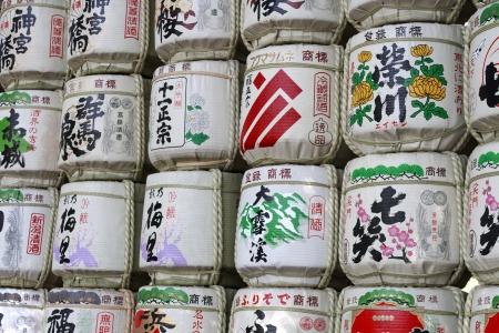japanese sake: Una colección de barriles de sake japonés apiladas se encuentra en el santuario Meiji japonesa, Tokio, Japón