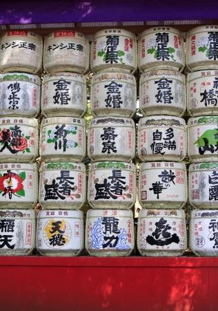japanese sake: Barriles de sake (nihonshu) donado al Santuario de Meiji en Tokio, Japón Editorial