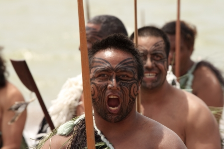 maories: Waitangi, Nueva Zelanda - 06 de febrero: Guerrero maorí que parece asustadiza en un Haka en celebración del Día de Waitangi, Feb 6, 2009. Waitangi día es un día festivo para celebrar la firma del Tratado de Waitangi