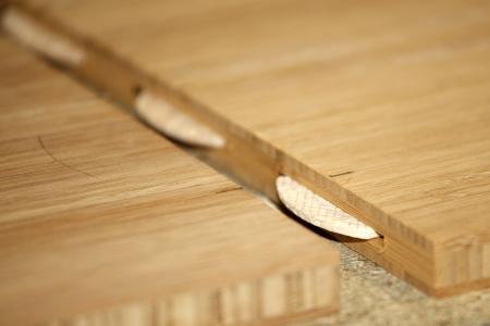 pegamento: Dos estantes de cerca con los carpinteros de madera