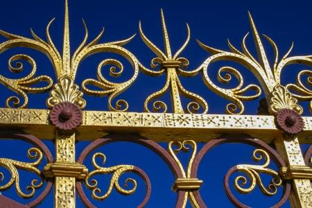 puertas de hierro: Valla de oro del príncipe Albert Memorial en Londres contra un cielo azul Foto de archivo