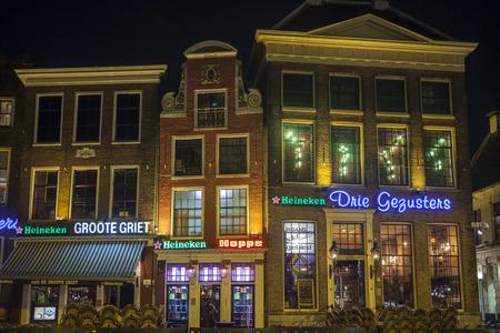 groningen: GRONINGEN, NEDERLAND-maart 8 rijen van bars en restaurants in het oude centrum van Groningen Het oude centrum van de universiteitsstad Groningen is beroemd om zijn bars en uitgaansgelegenheden voor studenten Redactioneel